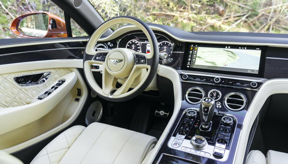 VAKKERT Interiøret er direkte vakkert. Bentley har løftet nivået flere hakk i forhold til forrige generasjons Continental GT. Her er det på høyde me de beste! Foto: Jamieson Pothecary