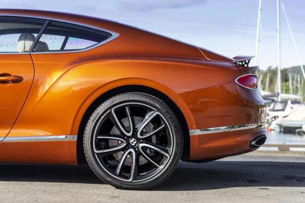 HEFTIGE HOFTER: Design-språket til Bentley Continental GT legger ikke skjul på hva slags krefter som skjuler seg under panseret. En seks liters W12 twin-turbo-motor med 630 hestekrefter! Foto: Jamieson Pothecary.