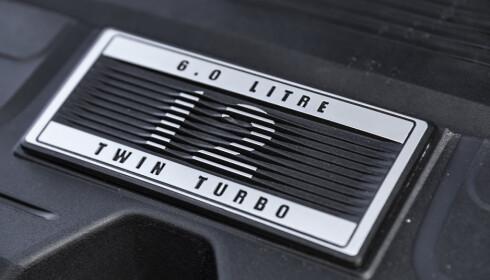 KARSLIGE: Under panseret øser det på med krefter. 6 liters W12 twin turbo-motor, med 626 hestekrefter og 900 newtonmeter. Foto: Jamieson Pothecary