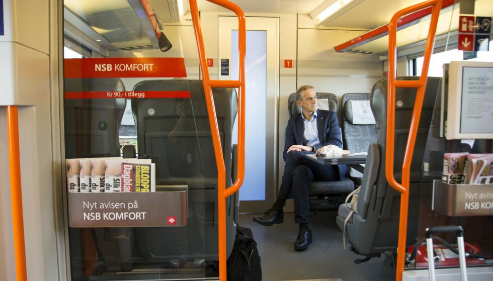 <strong>DROPPES:</strong> Snart kan ikke Arbeiderparti-leder Jonas Gahr Støre sitte i Komfort-vognen på toget når han skal reise rundt under valgkampen. VY skal nemlig slutte med dette tilbudet på togene sine. Foto: Torstein Bøe/NTB Scanpix.