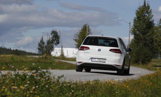 GODE KJØREEGENSKAPER: e-Golf kjører nøytralt og ligger stødig på veien. Foto: Espen Stensrud
