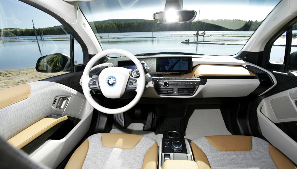 STILIG INTERIØR: Klassiske BMW brytere og skjermer, men ellers er materialvalg og design noe helt spesielt. Foto: Espen Stensrud