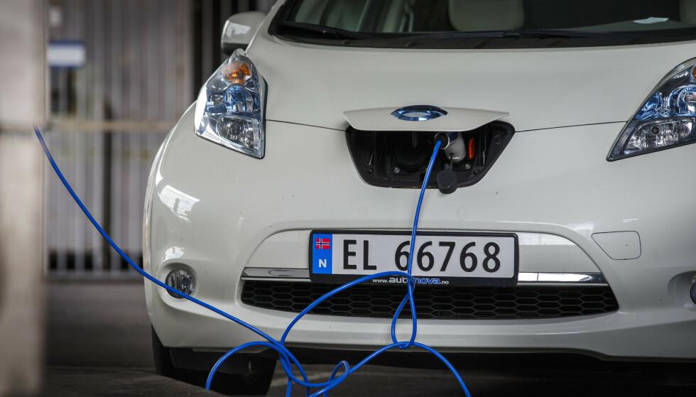 KOSTNADSBESPARELSER: Hvis lading av elbiler skjer når strømforbruket er lavt, kan strømnettet håndtere en fullstendig elektrifisert personbilpark uten at det er behov for å investere i ekstra kapasitet. Foto: Heiko Junge/NTB Scanpix.