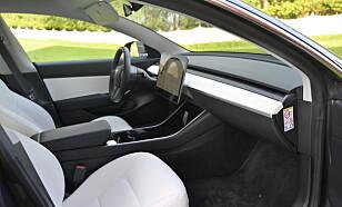 MØBLERT: Man føler nesten ikke at man setter seg i en bil. Alt fra dørsider til dashbord og midtkonsoll er svært enkelt designet, uten noen form for krumspring. Ikke en gang luftdyser er å se. Foto: Rune M. Nesheim