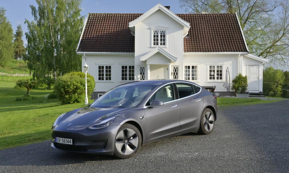 FORTSATT PÅ TOPP: I juli roet det seg med registreringer av Tesla Model 3 (6. plass på OFVs registreringsstatistikk), men den er suverent på topp hittil i år og ligger an til å bli årets mest solgte bilmodell her i landet. Foto: Rune M. Nesheim