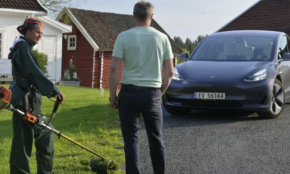 FORANDRER ALT: Med aggressiv prissetting og flere «best i klassen»-attributter er det vanskelig ikke å ta med Tesla Model 3 på lista når ny bil skal kjøpes. Med prestasjoner som en sportsbil til prisen av en Golf, blir den naturligvis fristende for mange. Foto: Rune M. Nesheim
