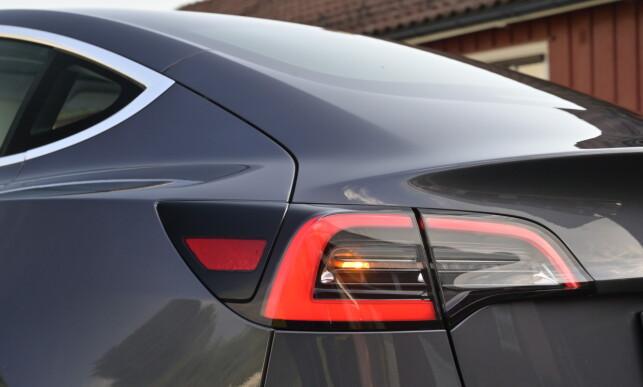 NYE LYKTER: Tesla har slitt voldsomt med dugg og dioder som ikke virker på lyktene. Nå er bremselyset i vinduet mindre og det har dermed færre dioder som kan svikte, samt helt andre baklykter. La oss håpe dette er bedre. Foto: Rune M. Nesheim