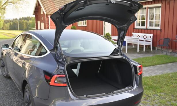 GOD PLASS: Model 3 har en typisk kombifasong, men har sedan-løsning. Det er ikke optimalt, men er et greit kompromiss. Dessuten ønsker de store markedene sedaner. Foto: Rune M. Nesheim