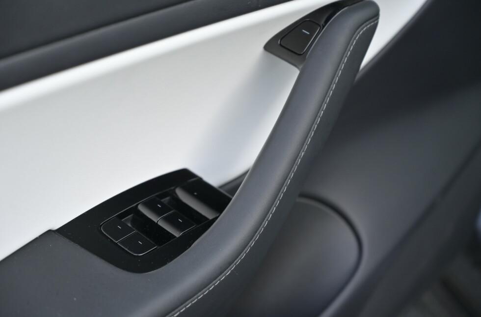 TO MÅTER: Du kan enten trykke på den elektriske døråpner-knappen, eller den manuelle foran justeringen for setene. Foto: Rune M. Nesheim