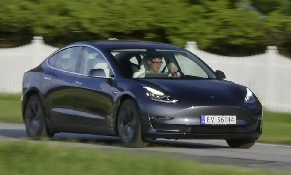 <strong>ELBIL-KJØP:</strong> Store utleveringer av Tesla Model 3 er mye av årsaken til lavere tall på privatleasing. De aller fleste kundene velger å kjøpe. I første halvår stod Tesla Model 3 for hele 13,5 prosent av nye biler på det norske markedet. Foto: Rune Nesheim