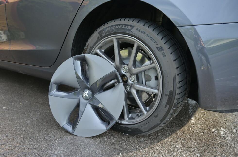KAPSLER: Standardfelgene er 18-tommers aluminiumsfelger med aerodynamiske hjulkapsler. Foto: Rune M. Nesheim
