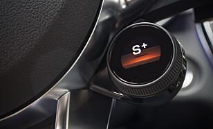 DIGITALE BRYTERE: Rattet har fått besøk av to programmerbare knapper og denne hurtigknappen for kjøreprogram. Foto: Mercedes