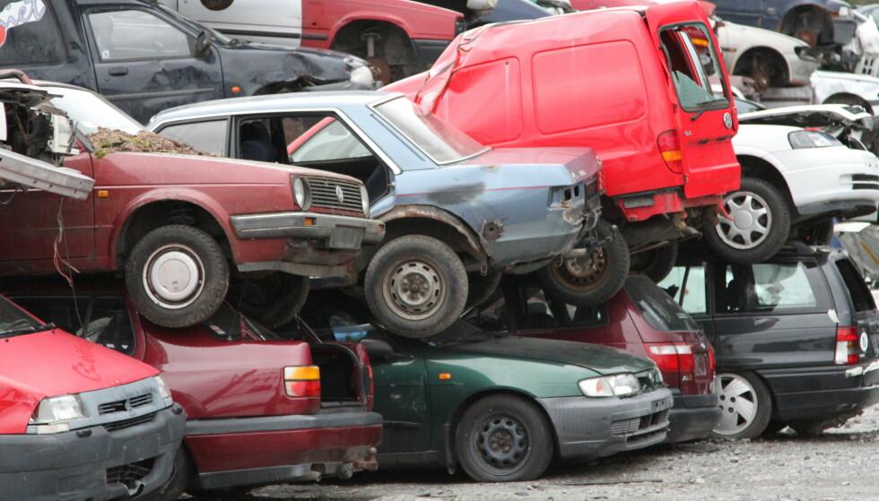GAMMEL BILPARK: Det ruller mange gamle biler på norske veier. Nå kommer forslagene om dramatisk økning i vrakpanten. Foto: NTB/Scanpix