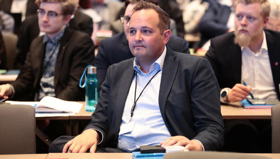 VIL HA GRØNT PÅ RØDT: Stortingspolitiker Gisle Meininger Saudland for Frp vil ha en prøveordning for å kunne svinge til høyre i lyskryss, tross rødt lys. Foto: Lise Åserud / NTB