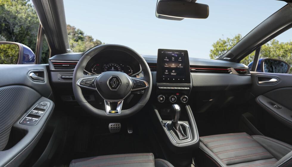 HØYVERDIG: Renault har virkelig satset på interiørkvalitet i nye Clio. Dette er forseggjort med uvanlig god kvalitetsfølelse, med polstrede elementer helt ned i knehøyde. Dessuten er setene gode å sitte i, med god støtte. Også multimedia-systemet og skjermen er blitt meget bra. Foto: Jean-Brice Lemal