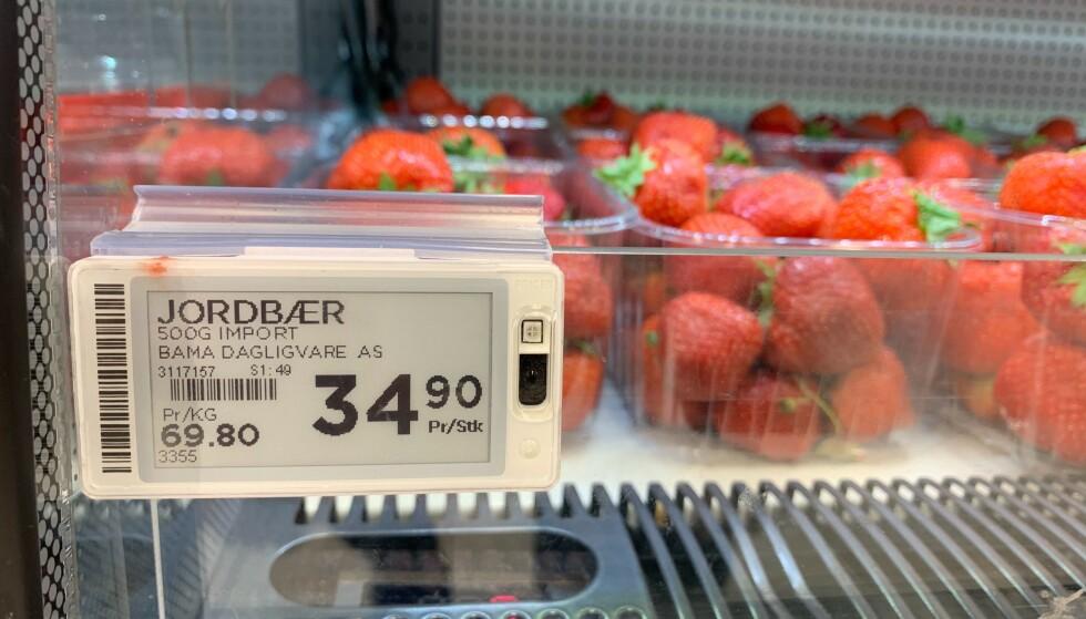 IMPORTVARE: Onsdags formiddag var det kun importerte jordbær på Meny Løren i Oslo med utsalgspris på 34,90 kroner. Det er 35 kroner billigere enn de selger norske jordbær for i butikkene som har fått inn disse. Foto: Eilin Lindvoll.