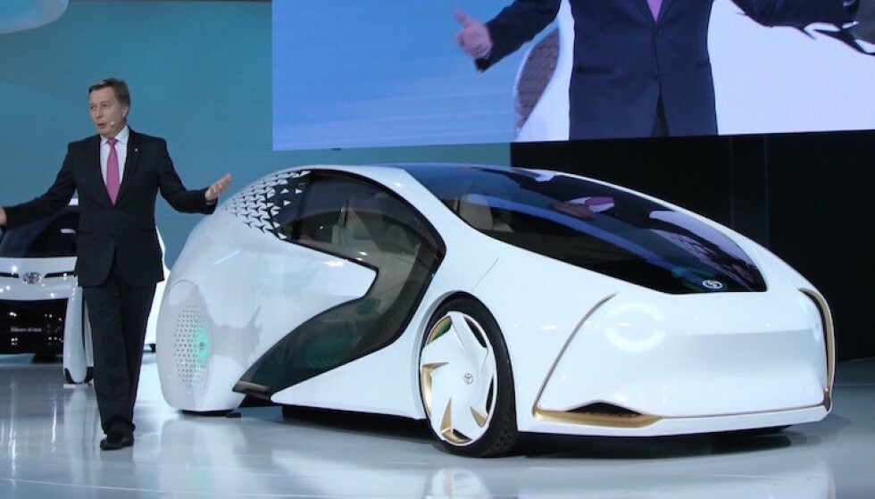FRAMSKYNDER ELBIL-PLANENE: Toyotas Europa-sjef Didier Leroy fikk æren av å vise fram fabrikkens nyeste elbil-konsept på forrige Tokyo-utstilling. En helt ny batteritype er langt bedre enn dagens elbil-batterier. Foto: Rune Korsvoll