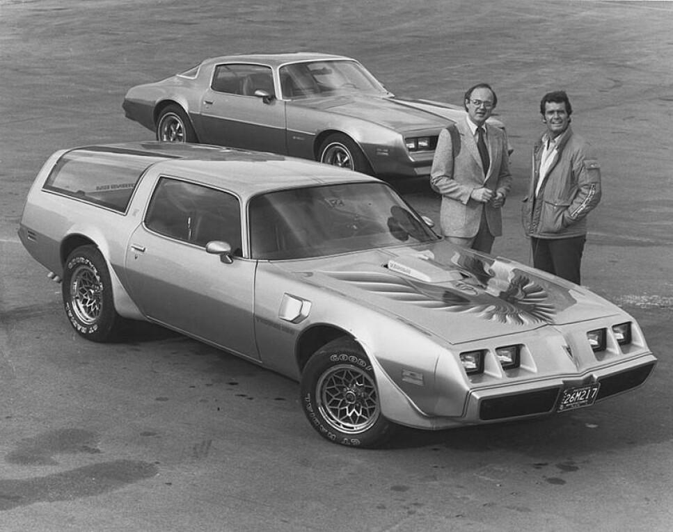 """Pontiac Firebird Trans-Am Type K: Original Firebird med """"shooting brake"""" utgaven i forgrunn. med skuespiller James Garner i forgrunn til høyre. Foto: Arkiv"""