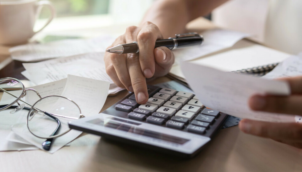 FÅ KONTROLL: Å regne sammen alle utgiftene sine er ikke det morsomste man kan gjøre, men det er viktig å gjøre i et budsjett for å få oversikt. Foto: Shutterstock/NTB Scanpix.