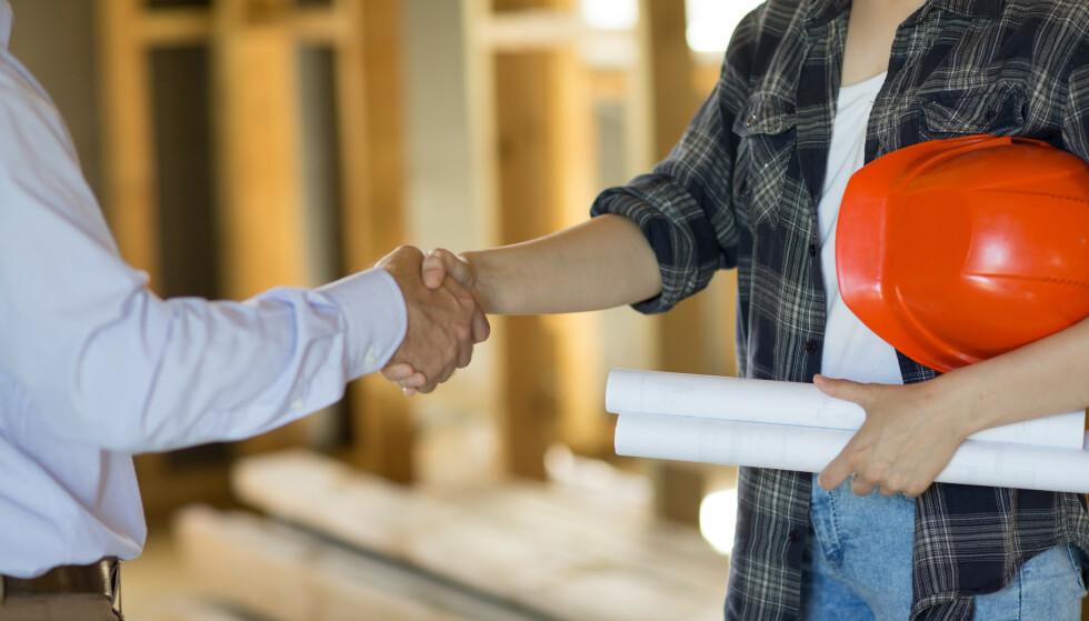MUNTLIG ELLER SKRIFTLIG AVTALE?: Skal du har fagfolk til å pusse opp hjemme hos deg, er det lurt at du får en skriftlig avtale med dem, og noe er viktigere å dokumentere enn annet. Foto: Shutterstock/NTB Scanpix.