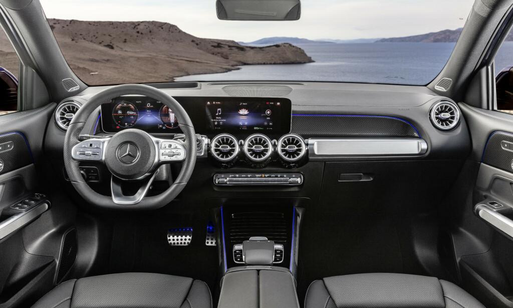 KJENTE TAKTER: Dette interiøret, med skjermplanken og MBUX, er en mer oppreist versjon av det vi kjenner fra A- B- og CLA-klassene. Foto: Daimler AG