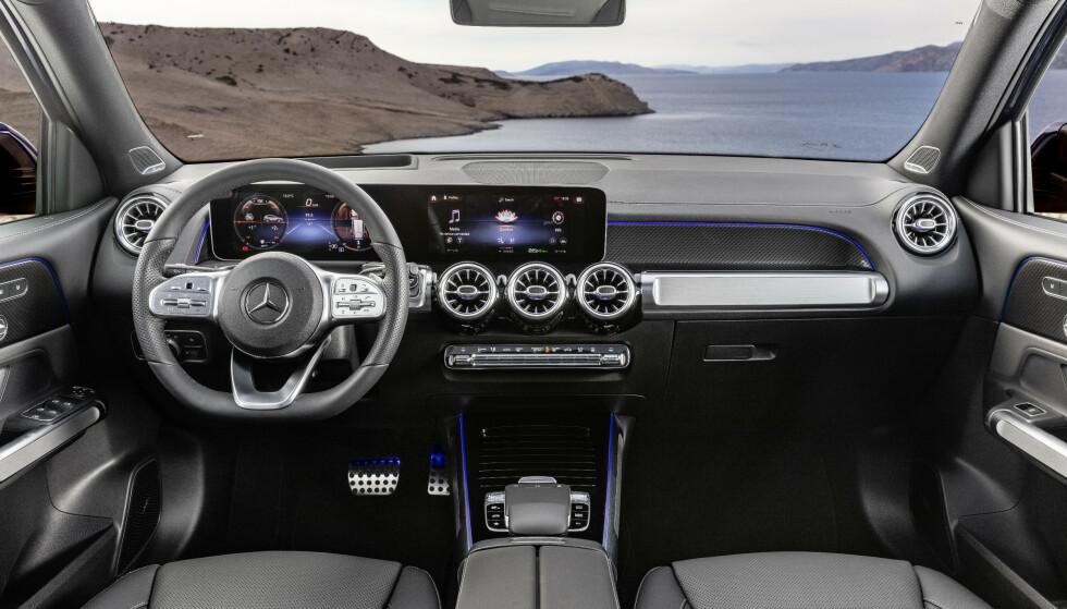 <strong>KJENTE TAKTER:</strong> Dette interiøret, med skjermplanken og MBUX, er en mer oppreist versjon av det vi kjenner fra A- B- og CLA-klassene. Foto: Daimler AG