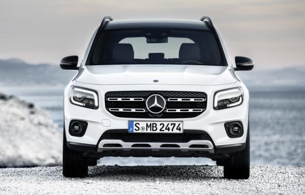 <strong>STRAM I MASKA:</strong> SUV-preget går tydelig igjen i frontdesignen på nykommeren, med oppreist grill, rette linjer og skliplate nederst i forkant. Foto: Daimler AG