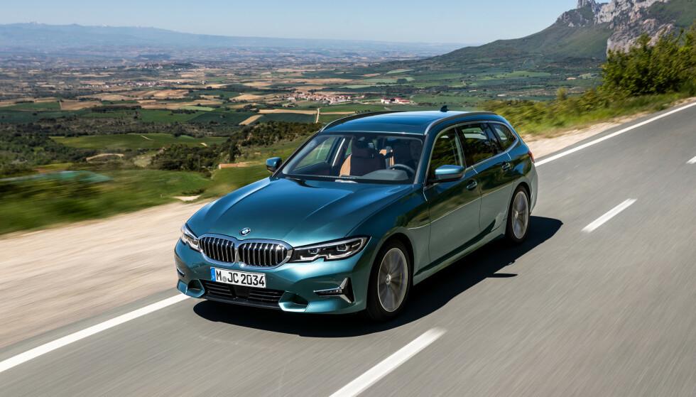 STØRRE: Som sedanen har nye 3-serie Touring est ut og er nå større enn en E 30 5-serie fra 1990 - bare én cm kortere, men syv cm bredere og seks cm høyere. Foto: BMW