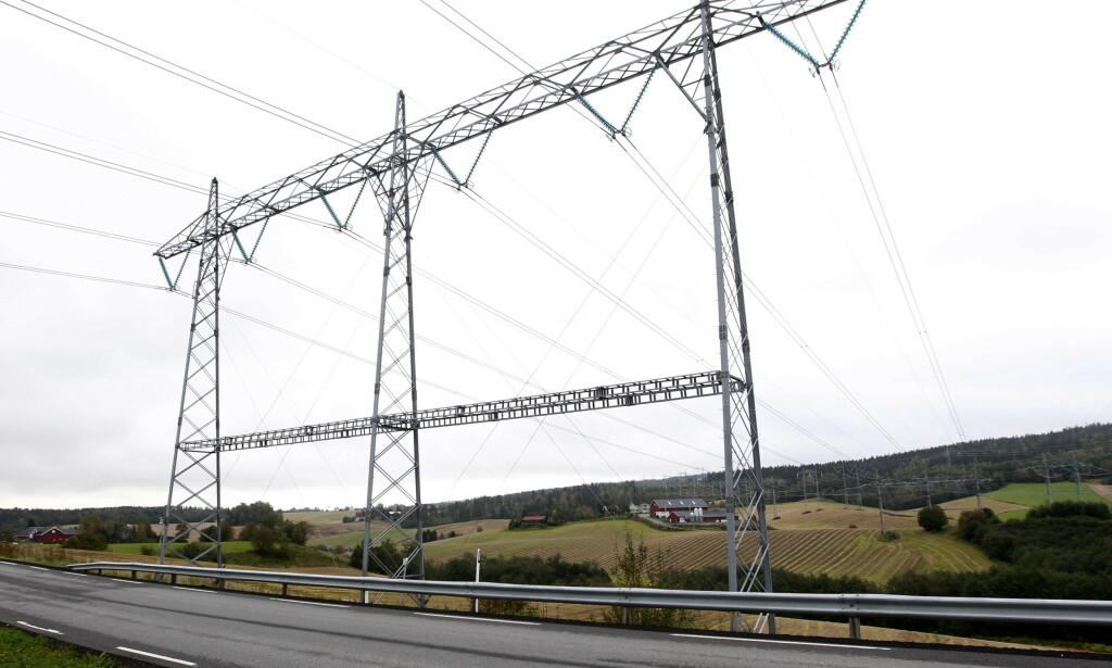 TO TYPER VEI: I likhet med bilvei, kan strømnettet deles inn i kommunale veier, riks- og motorveier. Problemet er at strømnettet ikke er dimensjonert for å takle den raske elektrifiseringen av samfunnet, spesielt når alle bruker like mye strøm samtidig. Foto: Morten Holm/NTB Scanpix.