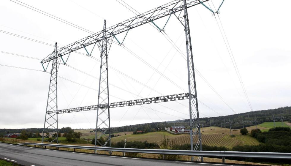 <strong>TO TYPER VEI:</strong> I likhet med bilvei, kan strømnettet deles inn i kommunale veier, riks- og motorveier. Problemet er at strømnettet ikke er dimensjonert for å takle den raske elektrifiseringen av samfunnet, spesielt når alle bruker like mye strøm samtidig. Foto: Morten Holm/NTB Scanpix.