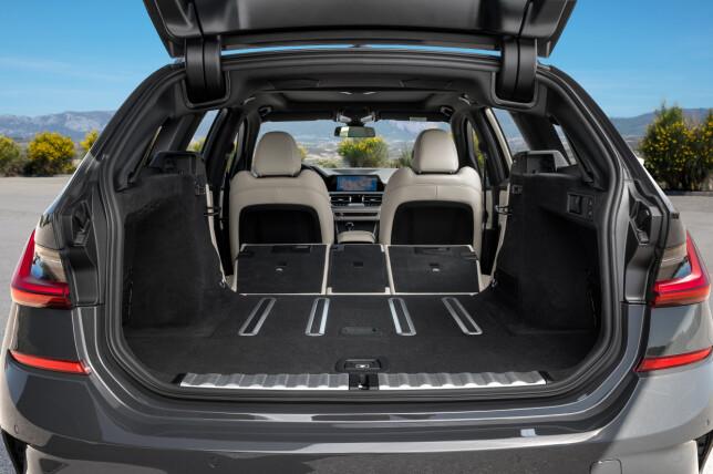 MER PLASS: 500 liter volum er bra - eller, som her, 1510 liter med bakseteryggene nedfelt - enda bedre. Foto: BMW