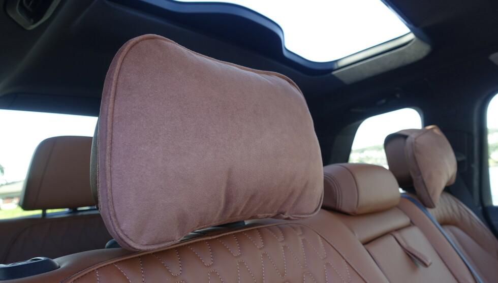 LUKSUS: De deilige nakkeputene sladrer litt om luksusambisjonene til BMW. Det er bare å legge setet bakover og slappe av. Foto: Rune M. Nesheim