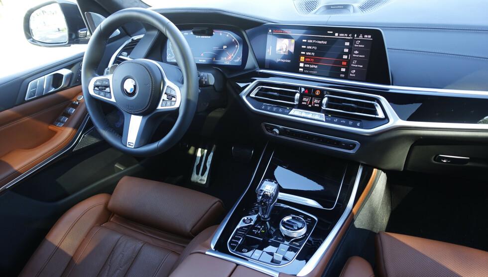 FULL LUKSUS; BMW er litt mer tilbakeholdne enn Mercedes, men har langt mer bling enn Audi. Testbilen er utstyrt med Intividual-interiør, noe som blant annet innebærer høyere skinnkvalitet og skinntrukket dashbord. Foto: Rune M. Nesheim