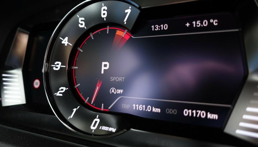 TOYOTA: Det digitale instrumentpanelet har Toyota designet selv. Kanskje ikke det mest spenstige vi har sett, men kult at det er fokus på turtall. Foto: Rune M. Nesheim