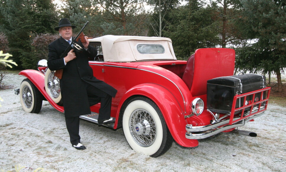 <strong>BILHISTORIE:</strong> Svein Holm Rusts første bil var en Toyota. Nå koser han seg mer i en unik amerikansk Duesenberg II. Foto: Lord Arnstein Landsem