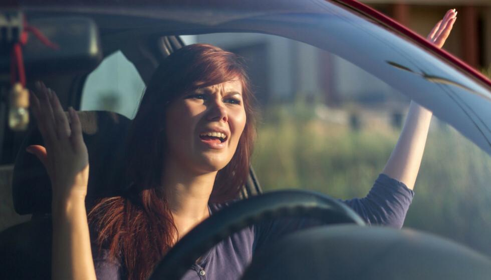 FRUSTRERT: En kø kan gjøre noen og enhver arg bak rattet. Spesielt når du oppfatter at noen sniker. Men kanskje er det du som har gjort feil ved å legge deg inn for tidlig? Det beste er å kjøre helt fram i begge felt, viser forsøk. Foto: SCANPIX