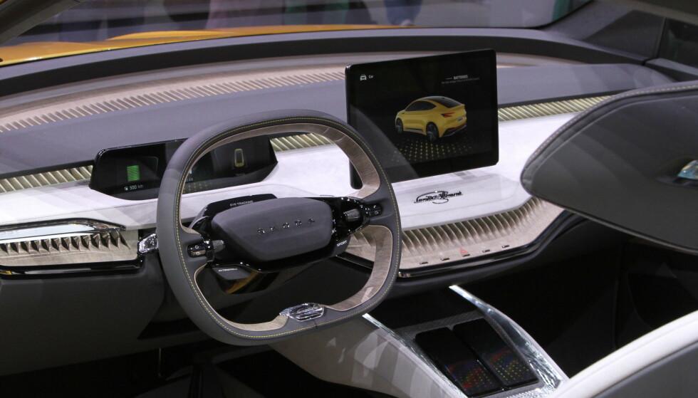 STOR SKJERM: Interiøret i bilen er preget av en stor berøringsskjerm midt på dashbordet. Ellers får produksjonsmodellen et interiør som er litt mer tradisjonelt enn dette. Foto: Rune Korsvoll