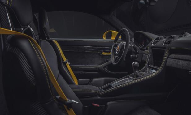 PORNO: Store mengder Alcantara, skinn, karbon og kontrastsømmer preger interiøret. Det meste av dette får man også i den billigere, men fortsatt morsomme, GTS. Foto: Porsche