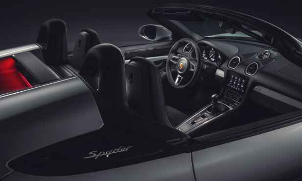 ÅPEN: Spyder krever noe mer av deg, men den har et lettvektstak du kan legge over for de raske etappene. Foto: Porsche