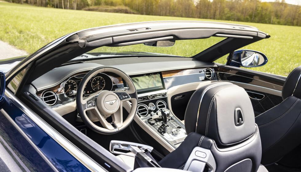 PÅ SCENEN: Du må tåle å bli gloret på når du kjøre en slik bil med taket ned. Continental GT er en av svært få biler folk blir glad av, istedenfor misunnelig når de ser den. Foto: Jamieson Pothecary
