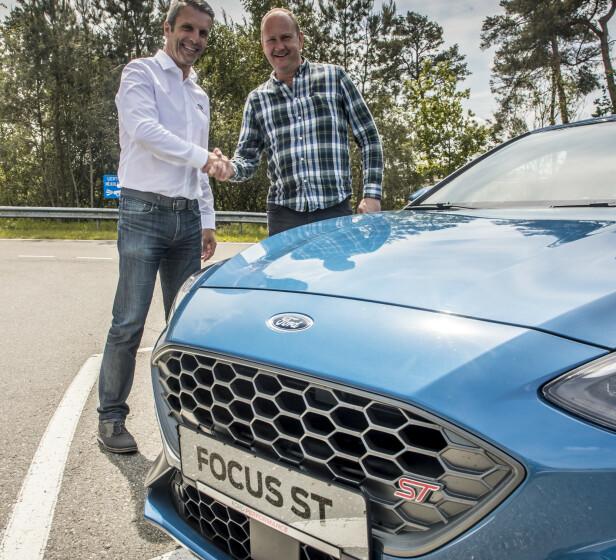 SJEFEN SJØL: «Chief Ford Performance» Leo Roeks (til venstre) står absolutt inne for produktet sitt og hva det leverer. Foto: Rune M. Nesheim