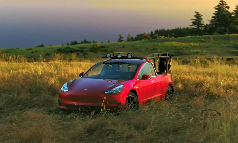 ELEKTRISK TRUCK: Med plan bakpå og et solid rack framstår plutselig en Tesla Model 3 som en bruksbil på ranchen. Foto: Skjermdump fra youtube