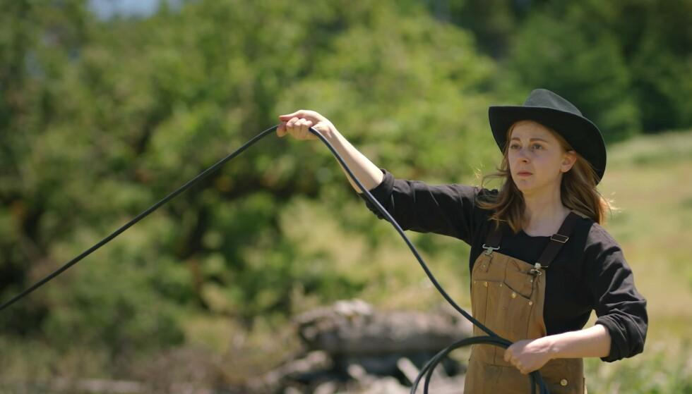 COWGIRL: Den svenske influenceren Simone Giertz har fått skikkelig sving på sakene. Foto: Skjermdump fra youtube