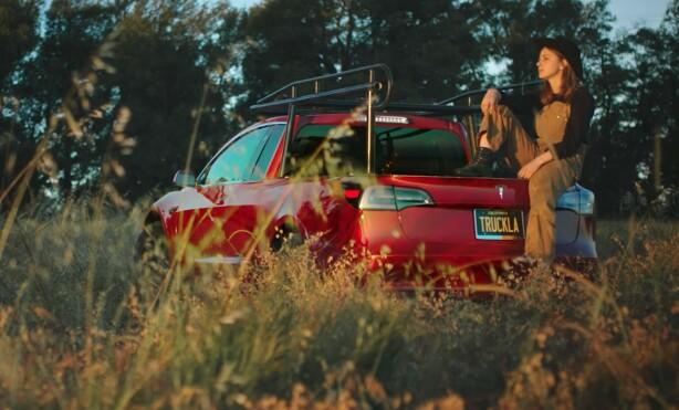 «TRUCKLA» MOT RØKLA: Bilen er den eneste av sitt slag, og kanskje en idé om at Elon Musk bør få fart på sine egne pickup-planer. Foto: Skjermdump fra youtube