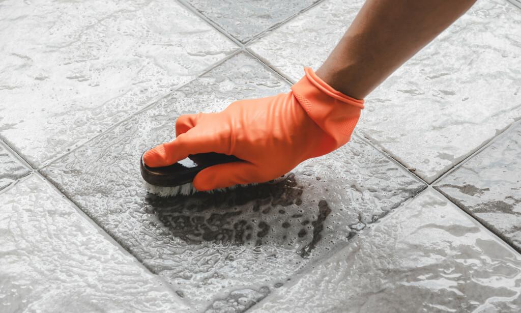 ULIKT SMUSS: Skal du vaske flisene riktig, bør du skille på konsistensen på smusset. Kjennes det ut som smør eller salt? Dette skal rengjøres med to ulike midler. Foto: NTB Scanpix.