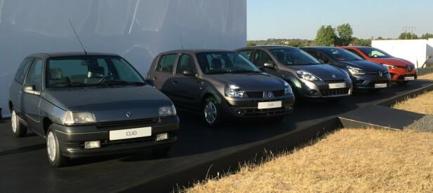 29 ÅR MED CLIO: Neste år feirer modellen 30 år og alt nå kan produsenten stille ut fem generasjoner Clio. Nummer to er fra etter en omfattende facelift, for øvrig - den hadde en temmelig annerledes front da den overtok for Clio 1. Foto: Knut Moberg