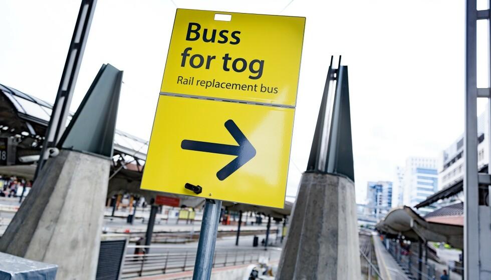 BUSS FOR TOG: Reisende på Drammenbanen og Østfoldbanen må belage seg på buss for tog de neste seks ukene. Foto: Krister Sørbø / NTB Scanpix