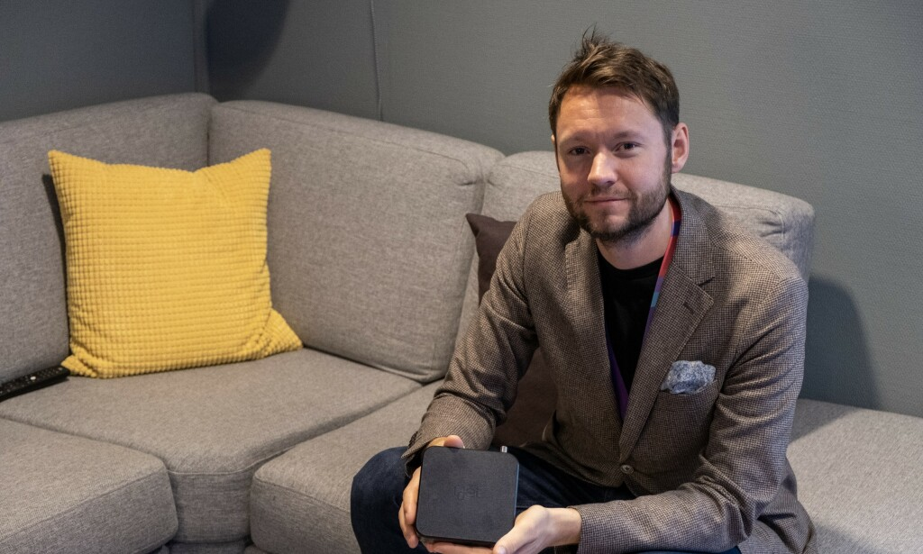 STRØMMEBOKS: Espen Atland, leder for TV og underholdning i Get, viser frem den nye TV-boksen til selskapet. Foto: Martin Kynningsrud Størbu