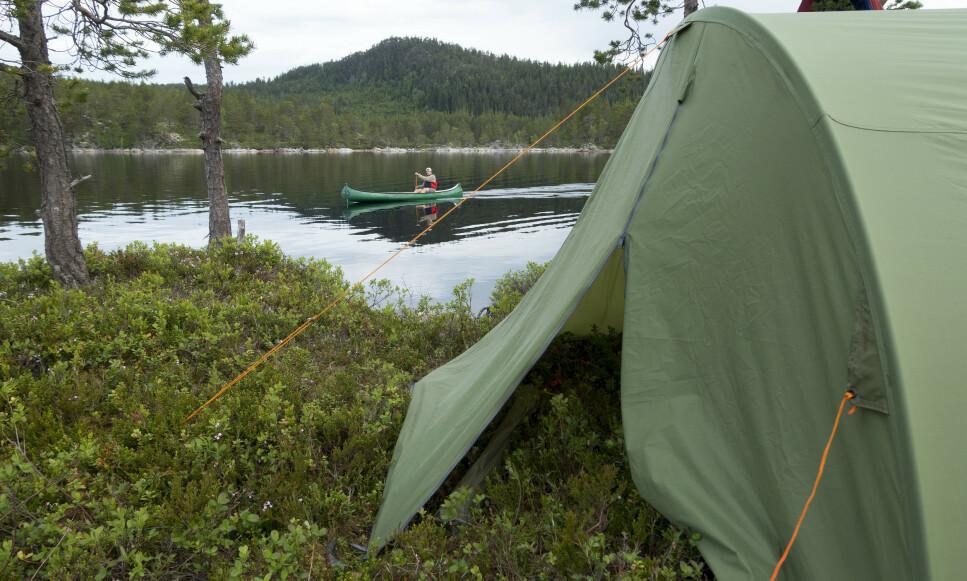 SKOGENS RO: Skal du legge ferien til villmarken i sommer, trenger du et godt telt. Og, for at det skal holde hele turen og i mange år framover, gjør du det lurt i å tenke over hvilket telt du velger og hvordan du passer på det. Foto: Gorm Kallestad/NTB Scanpix.