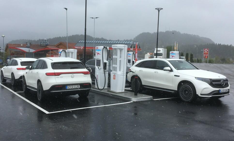 LAD RIKTIG: Selv om Ionitys hurtigladere på Vik i Hole kommune etterhvert får en effekt opp mot hele 350 kW, er det ingen elbiler som kan ta imot så mye. Nye Mercedes-Benz EQC kan for eksempel maks lade med 110 kW. Da kan det bli dyrt om du velger feil lader, advarer NAF. Foto: Knut Moberg